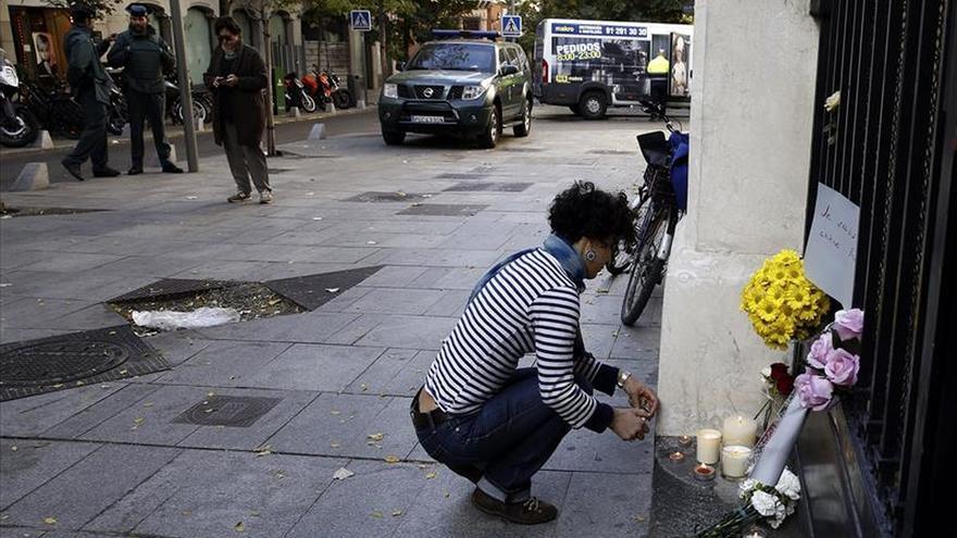 Ciudadanos comienzan a dejar velas y flores en la Embajada francesa en Madrid