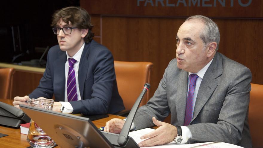 El consejero Iñaki Arriola (derecha), en el Parlamento Vasco