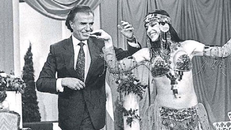 Carlos Menem bailando con la bailarina árabe Fairuz en el programa de Mirta Legrand en 1991