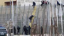 Imagen de archivo de un salto de la valla de Melilla