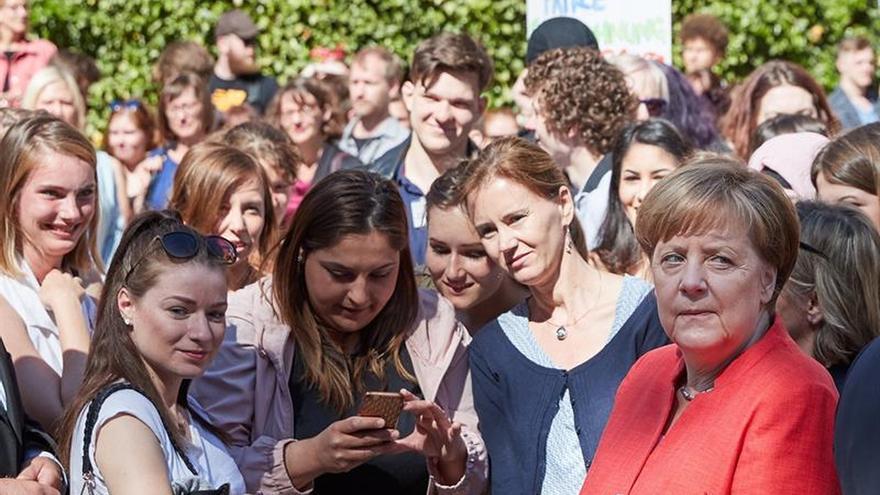 Merkel reconoce diferencias con Macron sobre el futuro del euro
