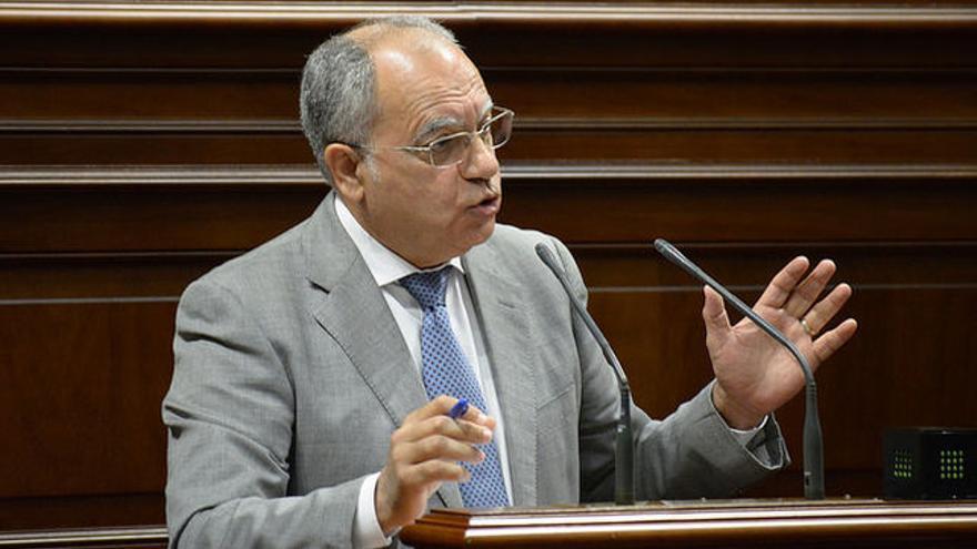 Casimiro Curbelo, que también es diputado, en una intervención en el Parlamento de Canarias