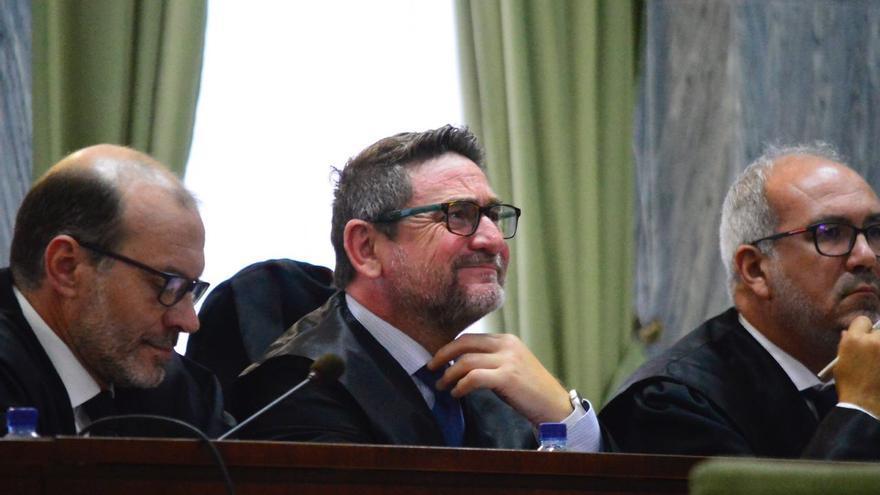 El juez Salvador Alba, entre sus dos abogados, mientras escuchaba la grabación de su reunión con Ramírez. (ÁNGEL SARMIENTO)
