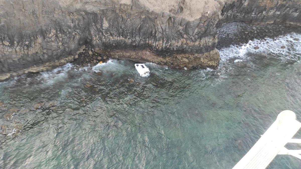El vehículo en el mar tras precipitarse por el acantilado