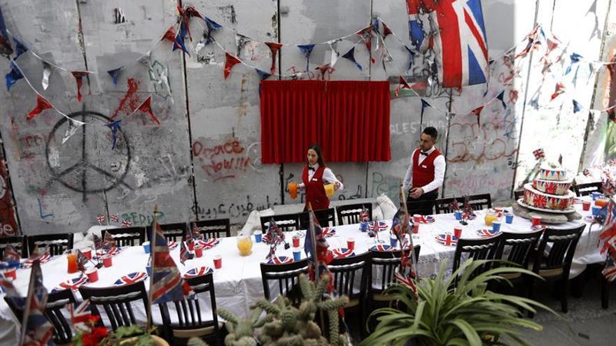 Banksy organiza una fiesta de arrepentimiento en Belén por la declaración de Balfour