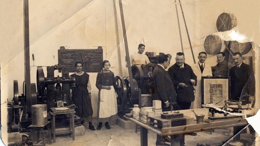 El que fuera cónsul alemán, en el laboratorio Sanavida / Imágenes cedidas por la familia.