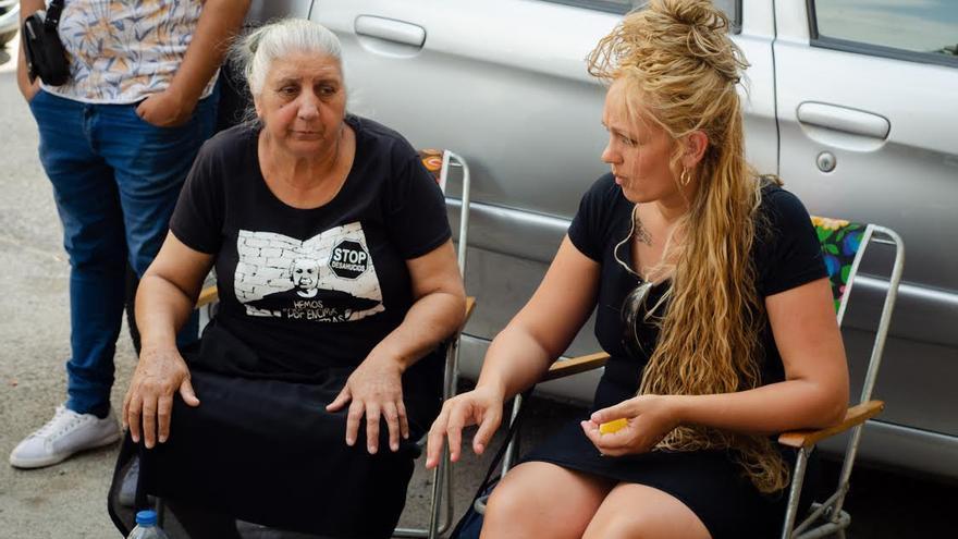 Soraya (dcha) en el campamento improvisado que han montado los activistas para evitar su desahucio
