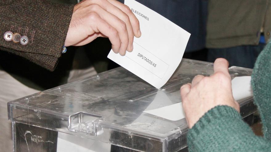 """La Junta Electoral admite """"dificultades"""" para el voto de los españoles en el extranjero y señala a la ley"""