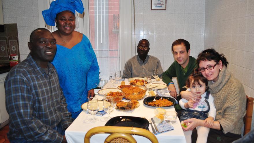 Dos de las familias participantes en la iniciativa de SOS Racismo durante la comida celebrada el pasado año.