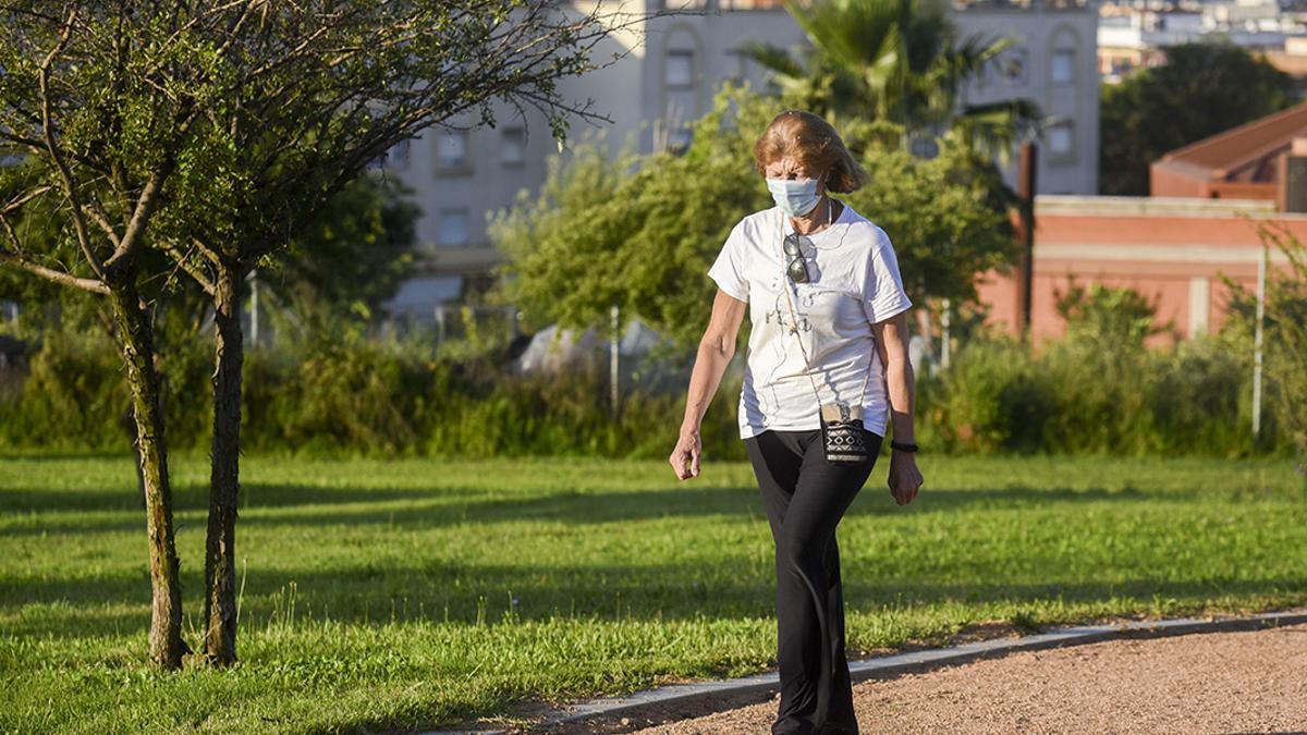 Una mujer en manga corta pasea por La Asomadilla.