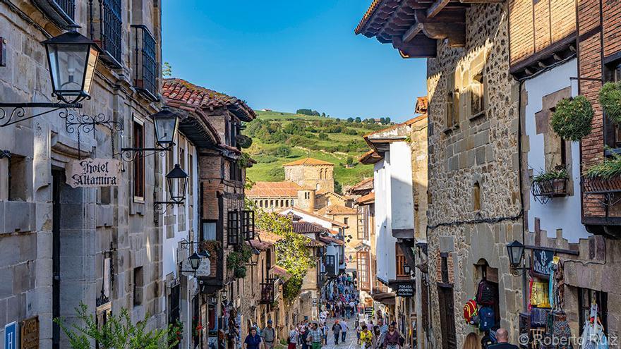 El turismo es uno de los motores económicos de Santillana. Al fondo, la Colegiata.
