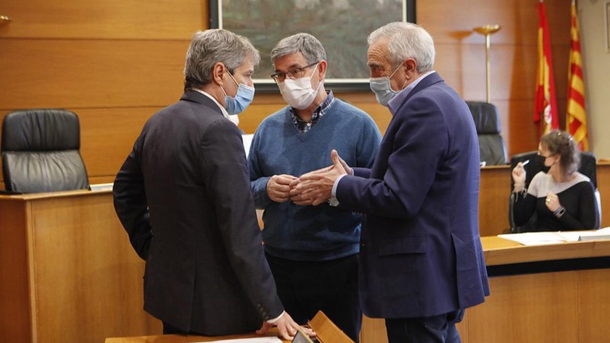 Daniel Pérez, izquierda, dialoga con el socialista Vicente Guillén, centro y con Javier Sada.