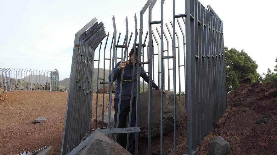 Colocación de la valla en la estación de grabados La Erita.