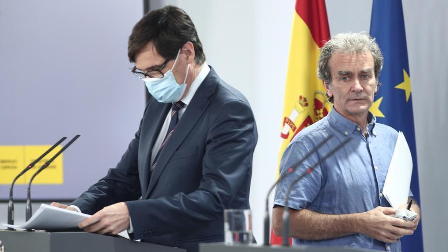 El ministro de Sanidad, Salvador Illa, y el director del CCAES, Fernando Simón, en Moncloa