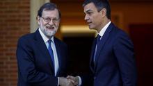 El presidente del Gobierno, Mariano Rajoy, y el líder del PSOE, Pedro Sánchez, antes de su reunión de este martes en la Moncloa / EFE