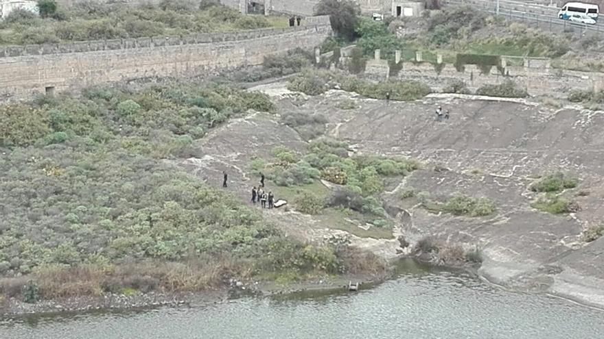 Retirada del cadáver en la presa de Piletas