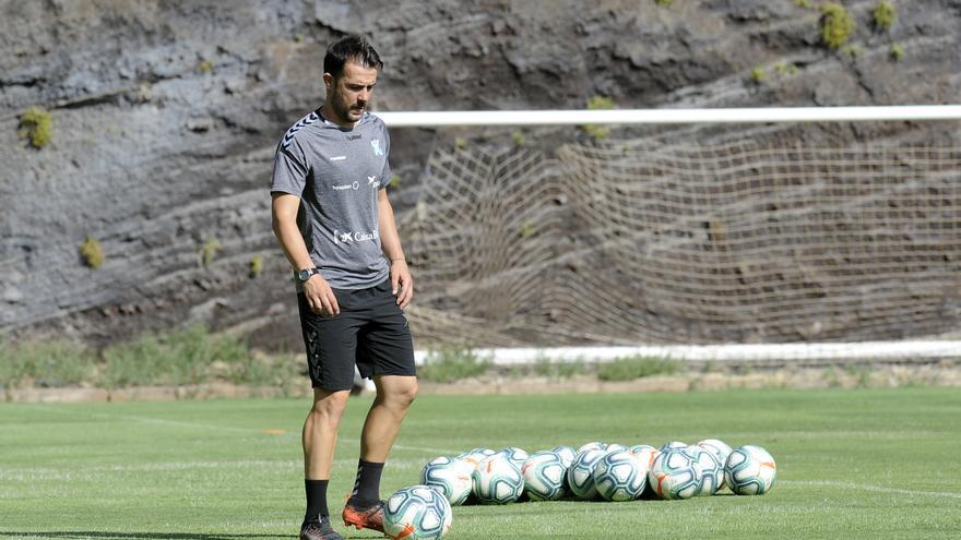 Aritz López Garai durante un entrenamiento de la primera plantilla del CD Tenerife en El Mundialito.