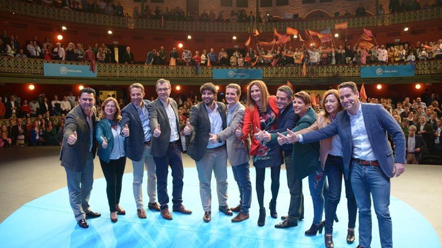 Pablo Casado junto al presidente de Murcia, Fernando López Miras, y alcaldes de municipios de la Región