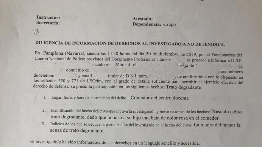 Denuncia de una madre contra una profesora que puso una bata rosa a su hijo