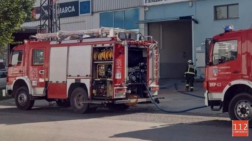 Personal de una nave de Barros controla con extintores el incendio de una máquina