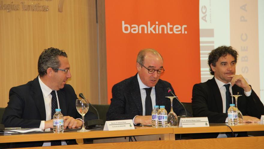 Antoni Mayor (centro) con el alcalde de Benidorm, Antonio Pérez (izquierda), y el secretario autonómico de Turismo, Francesc Colomer.
