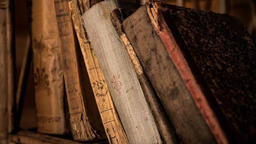 Recopilación de libros antiguos. (Dominio Público).