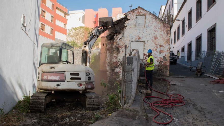 En la imagen, derribo, este viernes, de la vivienda en la calle Párraga.