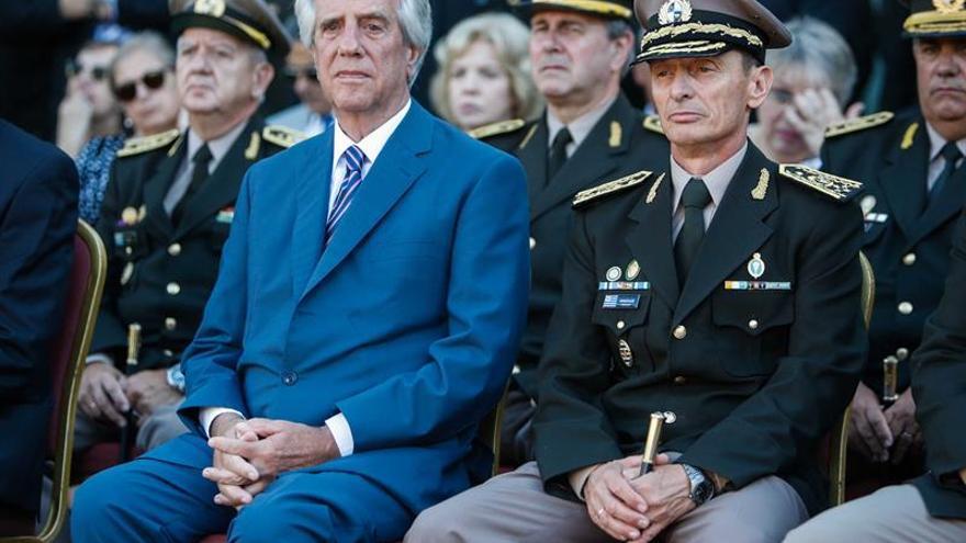 El presidente de Uruguay, Tabaré Vázquez (i) y el exjefe del Ejército uruguayo, José González (d), destituido este lunes.