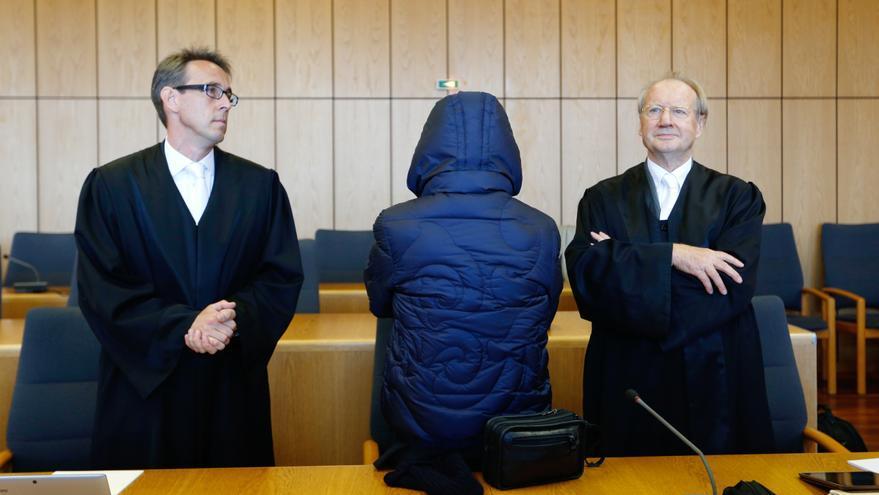 Werner Mauss en el tribunal ante sus abogados defensores J. Fischer (izq) and Rainer Hamm (derecha).