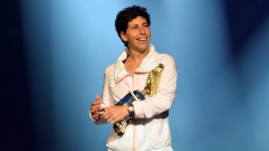 La tenista grancanaria con el título conseguido al ganar la final del torneo de Doha.