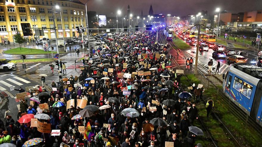 Varsovia retrasa aplicar la restricción del aborto tras las fuertes protestas