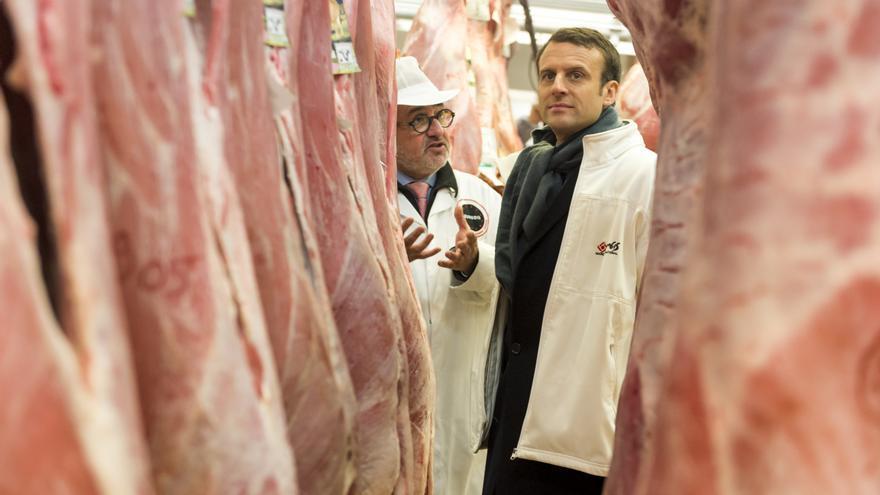 Emmanuel Macron durante su visita a los carniceros en Rungis, al sur de París