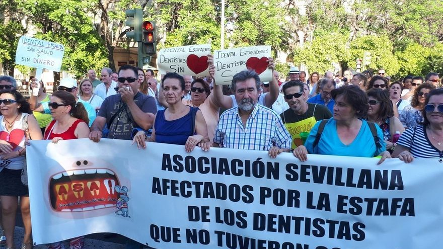 Los afectados por el cierre de iDental celebran una marcha de los juzgados a la Plaza Nueva