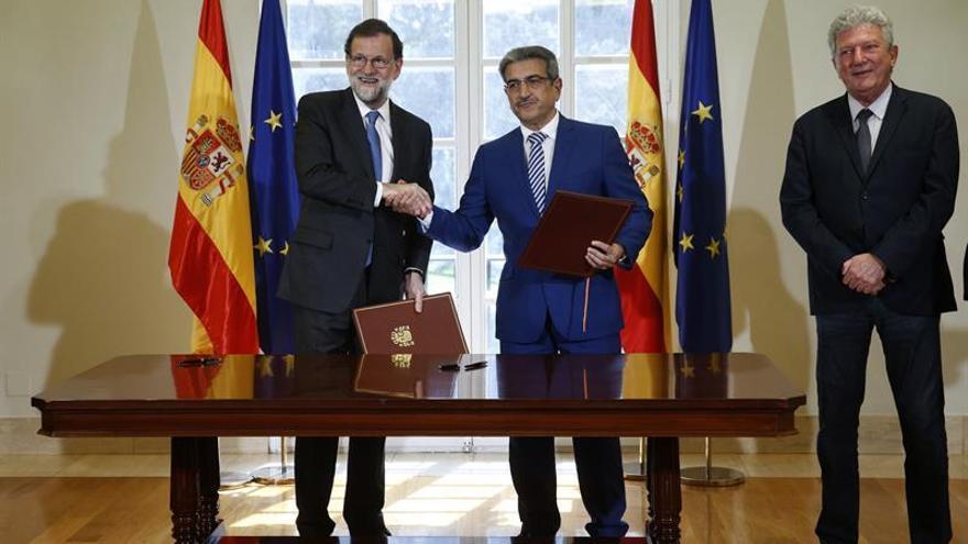 El presidente del Gobierno y del PP, Mariano Rajoy (i), el líder de Nueva Canarias, Román Rodríguez (c) y el diputado de Nueva Canarias, Pedro Quevedo (d), durante la firma del acuerdo para aprobar los Presupuestos