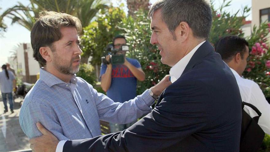 Carlos Alonso y Fernando Clavijo se saludan antes de la visita institucional a Arico