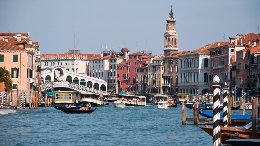 El Puente de Rialto aparece por la proa. Ver Venecia desde los canales es uno de los imprescindibles de cualquier visita a la ciudad. Jérôme Decq