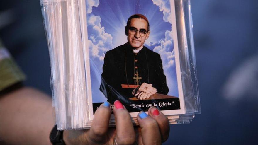 Unas 3.000 personas asisten a la procesión en homenaje a Romero la víspera de la beatificación
