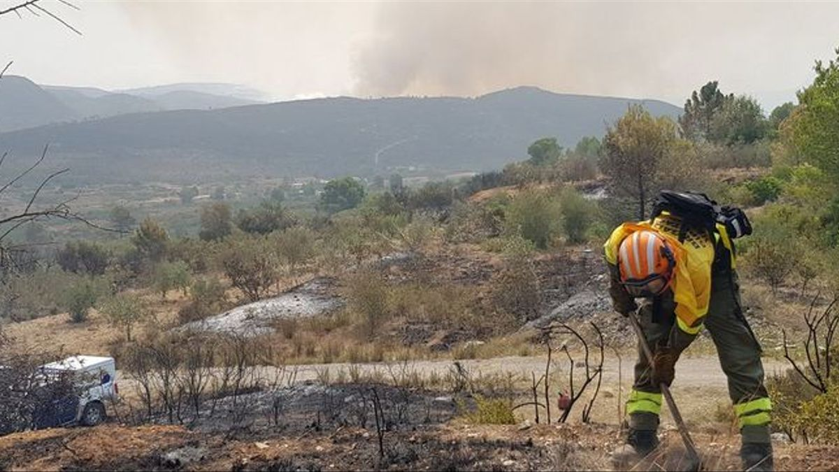 Bomberos forestales trabajan sobre el terreno en el incendio forestal de Llutxent en una imagen de archivo.
