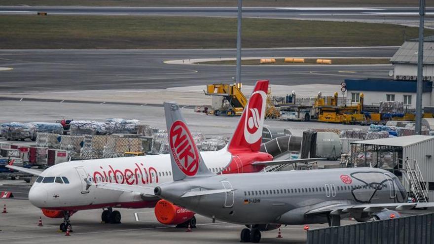 Un avión de la aerolínea Air Berlin detenido junto a otro de la aerolínea de bajo coste austríaca NIKI en la pista del aeropuerto internacional de Viena, en Austria. EFE/ Christian Bruna