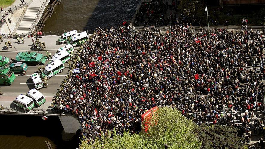 Manifestantes antifascistas reunidos para oponerse a una marcha nazi en Berlín el 8 de mayo de 2005 en el 60º aniversario del final de la II Guerra Mundial.