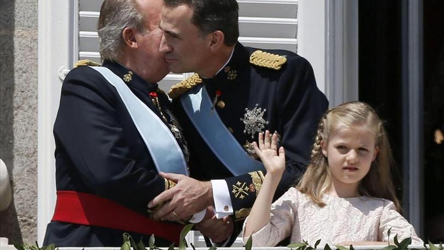 Juan Carlos I junto a su hijo el día de su coronación. \ Efe