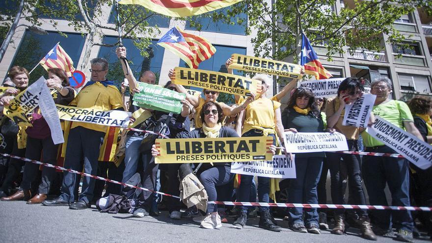 Manifestantes con carteles pidiendo la libertad de los presos soberanistas este domingo en Barcelona