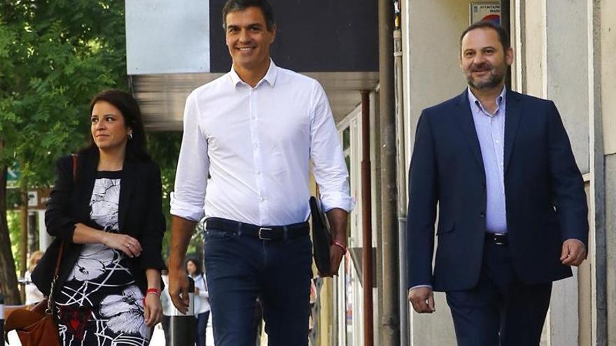 Pedro Sánchez, tras su victoria en las primarias del PSOE, junto a Adriana Lastra y José Luis Ábalos.