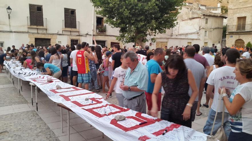 Firma colectiva de la pancarta contra el trasvase Tajo-Segura / Foto: Lorena Vargas