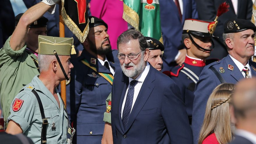 """Descripción : Spain's Prime Minister Mariano Rajoy, centre, leaves a military parade on national holiday known as """"Dia de la Hispanidad"""" or Hispanic Day, in Madrid, Spain, Thursday, Oct. 12, 2017."""