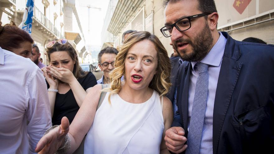 Giorgia Meloni con el alcalde de L'Aquila, Pierluigi Biondi, que ganó las elecciones locales en junio de 2017.