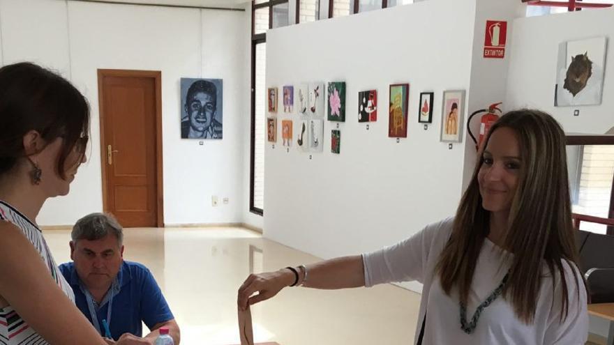 Àngela Ballester, la número dos de candidadura por Valencia de A La Valenciana ha votado pasadas las 11 horas en el colegio electoral de la Casa de la Cultura de Bellreguard