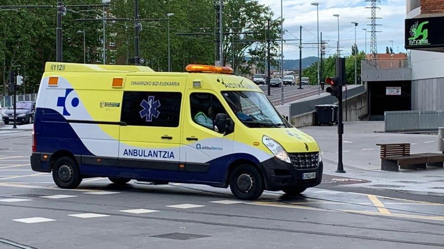 Ambulancia de Osakidetza esta mañana por el centro de Vitoria