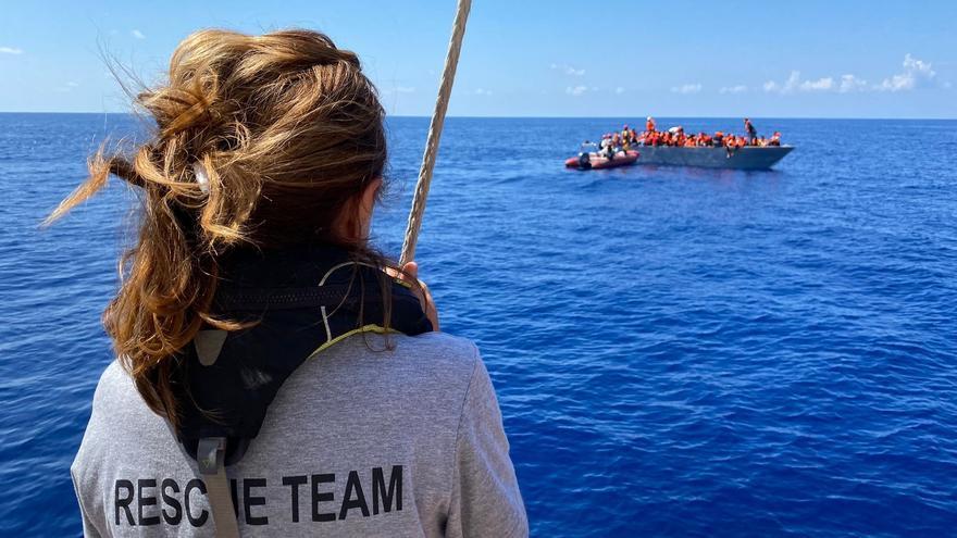 """Un cura en el barco de Open Arms, un """"pescador de hombres"""" en el Mediterráneo"""