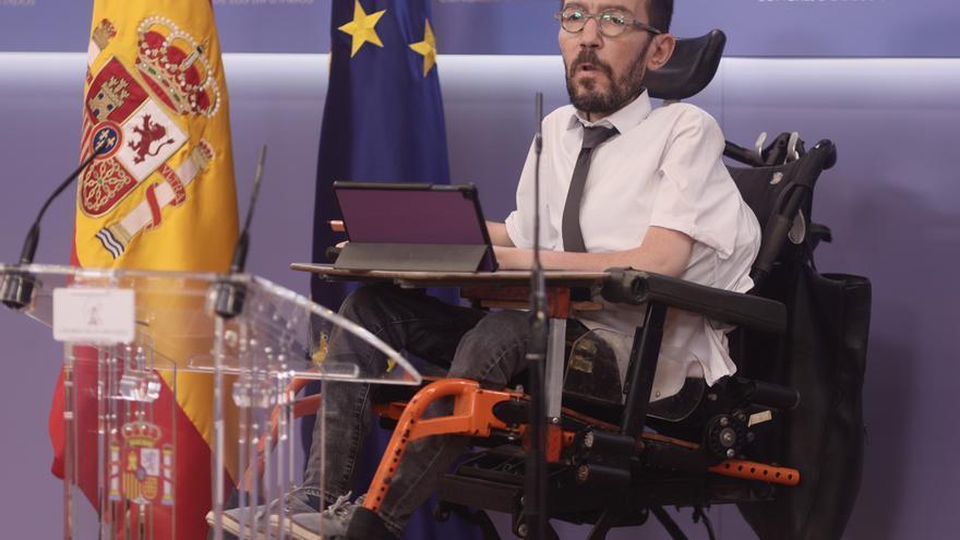 El portavoz de Unidas Podemos en el Congreso, Pablo Echenique, interviene en una rueda de prensa en el Congreso.